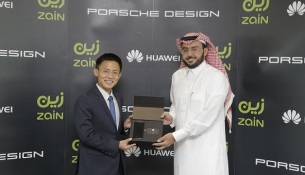 Mr. Pablo Ning, President of Huawei Consumer Business Group Saudi Arabia and Sultan Abdulaziz Ali AlDeghaither Chief Technology Officer at Zain Corp