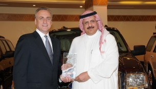 Sheikh Abdullah bin Fahad Al Kraidees receiving the recognition from Ford Motor Company Executive