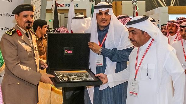 صورة لتسليم الهدية التذكارية لمعالي الفريق سعيد القحطاني