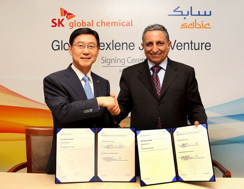 Mohamed AlMady SABIC Vice Chairman and CEO (right) and Ja-Young Koo SK Innovation Vice Chairman and CEO (left) signing a joint venture agreement be