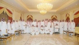 الأمير عبد الله بن خالد في صورة جماعية مع الحضور