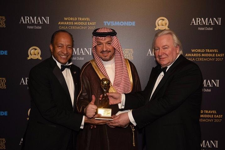 الدكتور وليد توفيق والدكتور ناجي عرفات والسيد اجرهام اثناء تسلم الجوائز