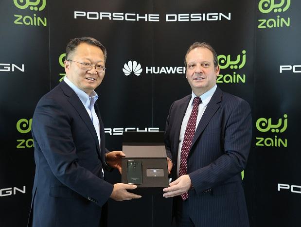 أثناء إطلاق الجهاز الجديد ويبدو من اليمين الرئيس التنفيذي لشركة زين بيتر كالياروبولوس ونائب الرئيس للمبيعات في مجموعة ه