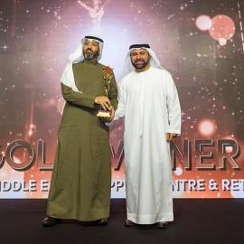المهندس وائل بالخير أثناء استلامه الجائزة من الاستاذ يونس الملا