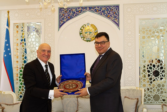 H.E. Aziz A. Abdukhakimov, Deputy Prime Minister of Uzbekistan recognises Mr. Michel P.J. Noblet with a special memento